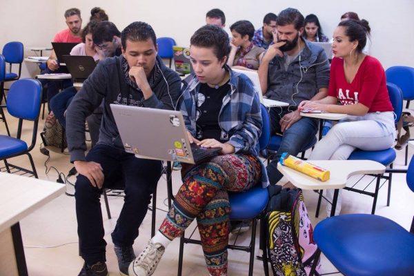 Alunos testam a edição de videos em oficina de Rodrigo Carneiro